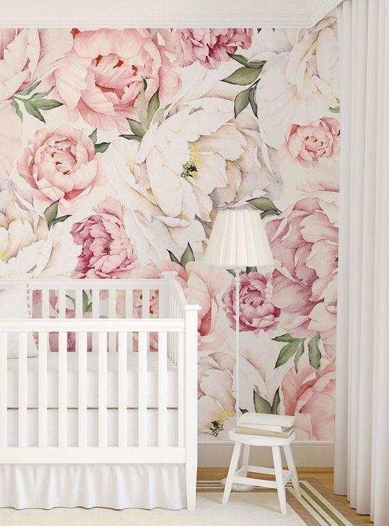 . Quarto de bebe com papel de parede rosa floral