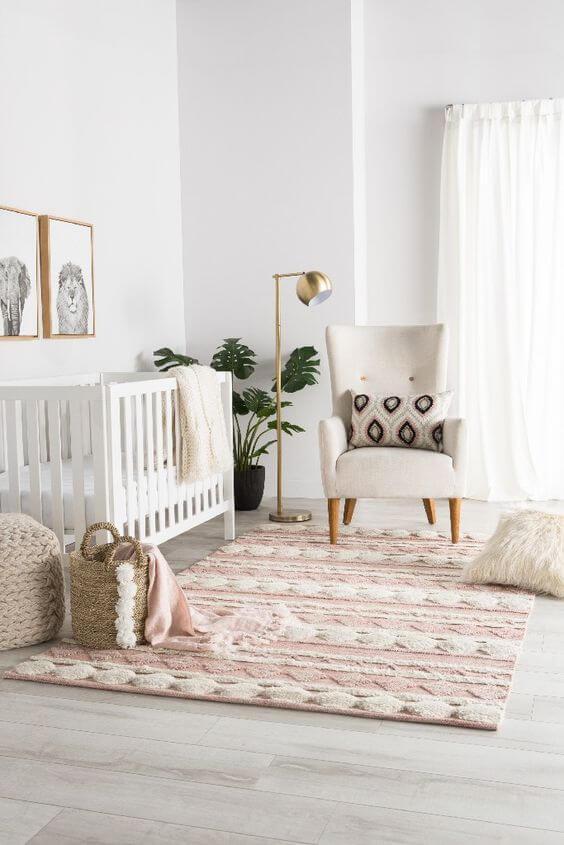 Quarto de bebe com quadro infantil de animais em preto e branco