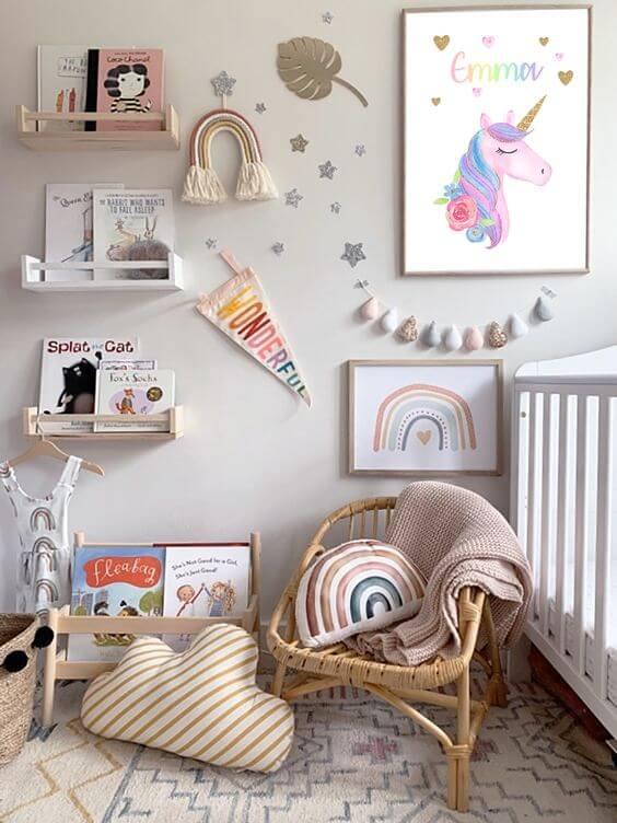 Quarto de bebe decorado com quadro infantil de unicornios e arco iris