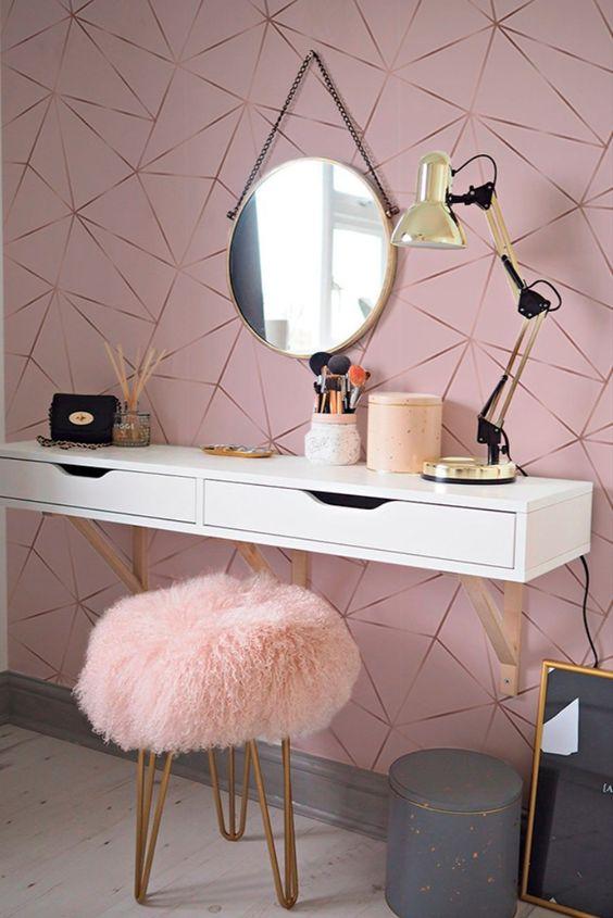Quarto feminino com penteadeira e papel de parede rosa claro