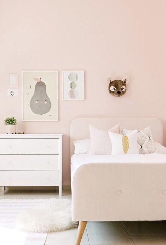 Quarto feminino com quadro infantil aquarela