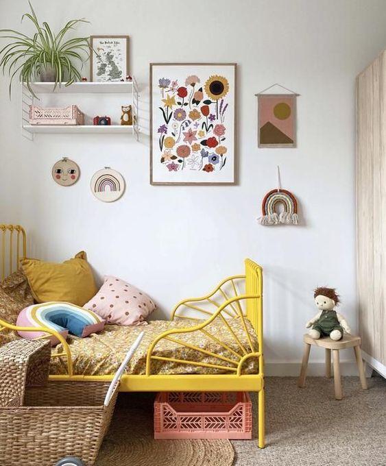 Quarto infantil pequeno com quadros coloridos