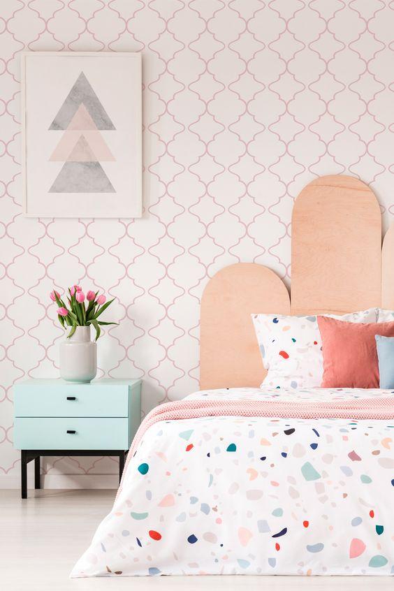 Quarto moderno com papel de parede cor de rosa
