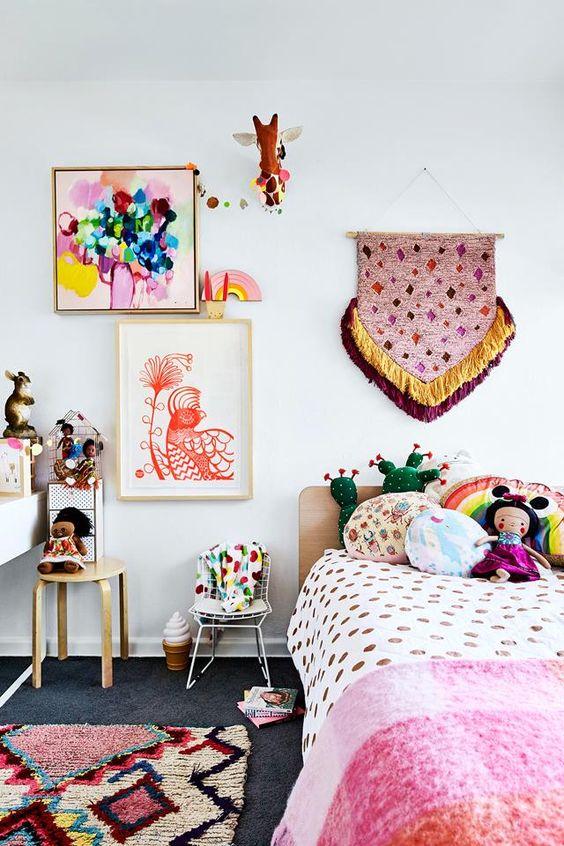 Quarto moderno com quadro infantil colorido
