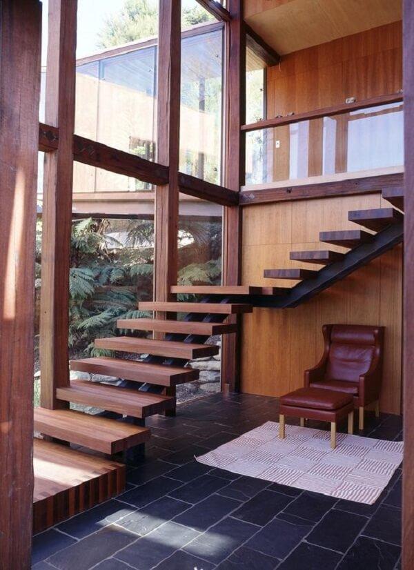 Que tal fazer um cantinho da leitura embaixo do revestimento para escada?
