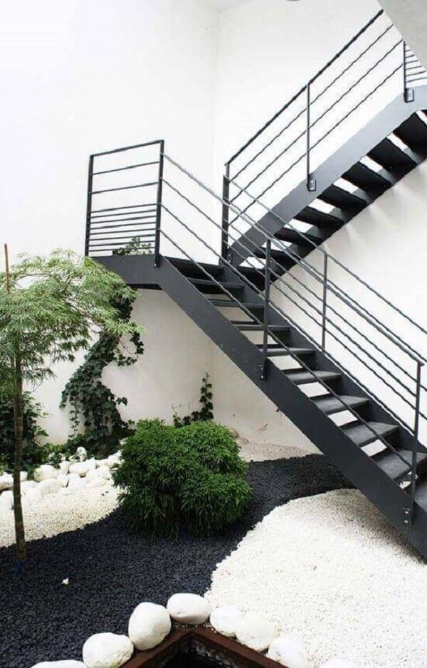 Que tal integrar um lindo jardim externo próximo ao revestimento para escada de ferro?