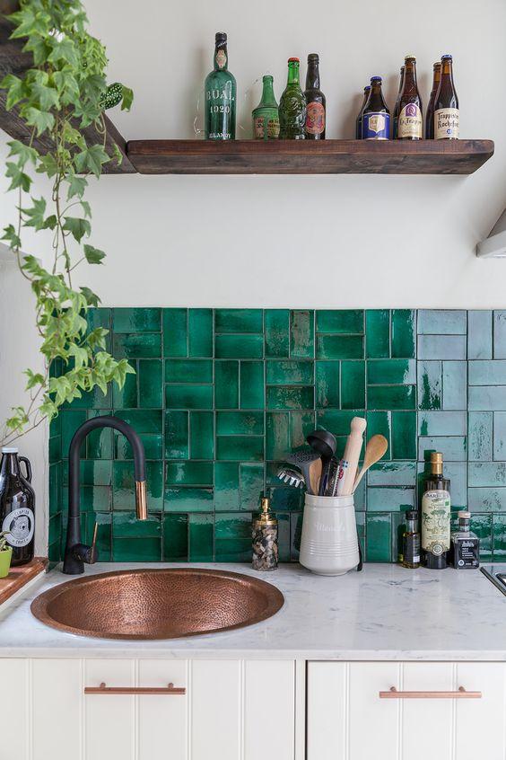 Revestimento verde e branco na cozinha moderna