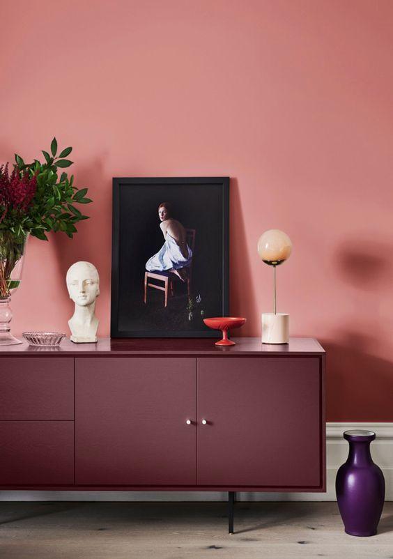 Rack cor vinho com parede clara