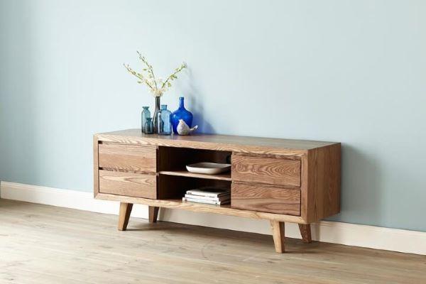 Rack retro de madeira na sala de estar