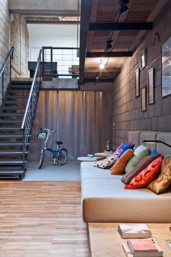 Repaginando uma decoração industrial com revestimento para escada em ferro