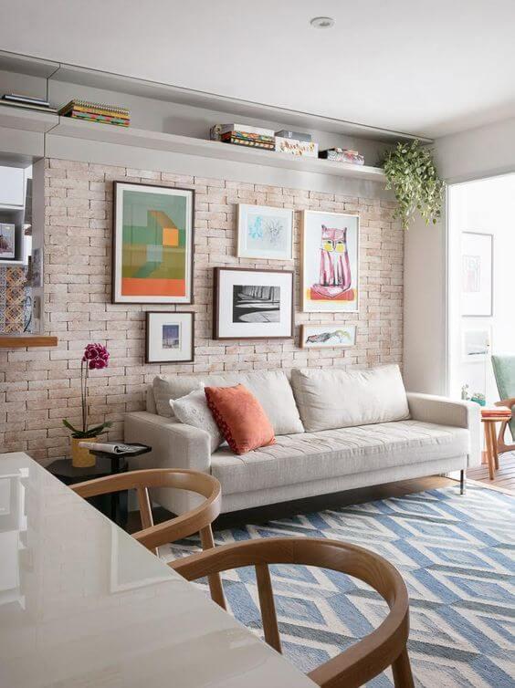 Revestimento bege de tijolinho para sala de estar moderna