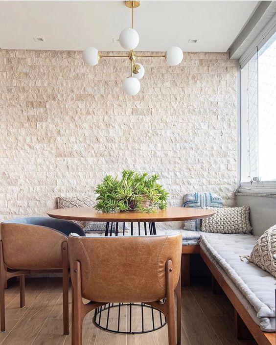 Revestimento bege na sala de jantar moderna