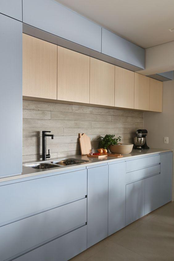 Revestimento bege para cozinha com armário azul claro