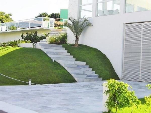 Revestimento de escada externa feita com pedra São Tomé branca