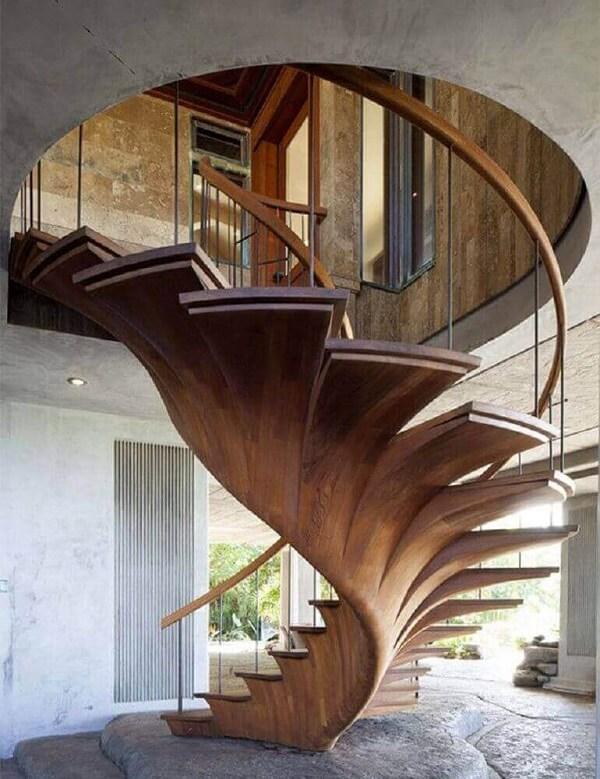 Revestimento de madeira para escada caracol com design arrojado