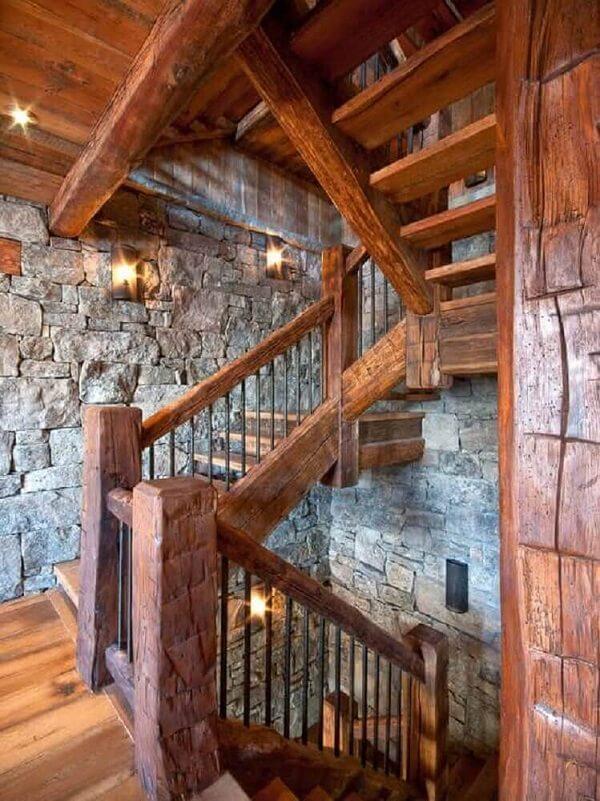 Revestimento de madeira para escada se adapta a diferentes projetos