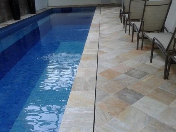 Revestimento de pedra São Tomé no piso da piscina