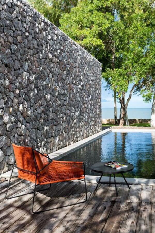 Revestimento de pedra natural cinza na área da piscina