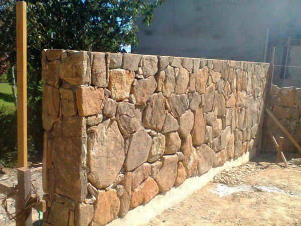 Revestimento de pedra para muro feito com pedra bolão