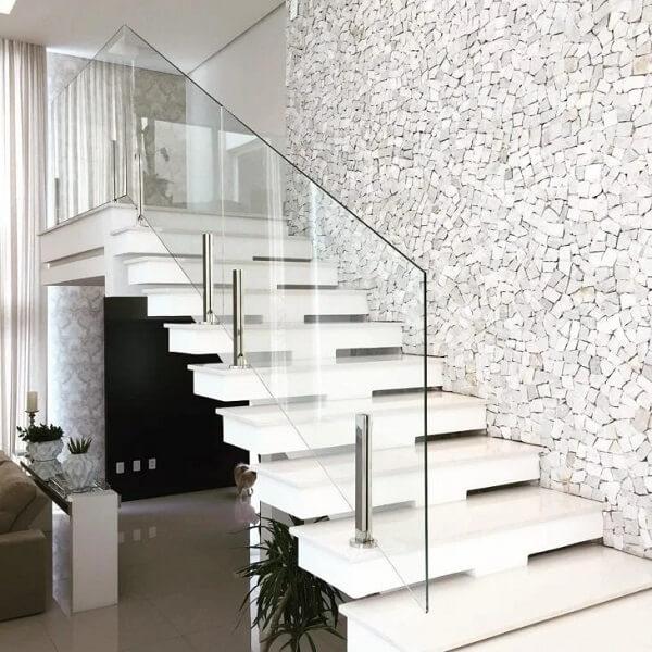 Revestimento de pedra portuguesa branca decora a escada