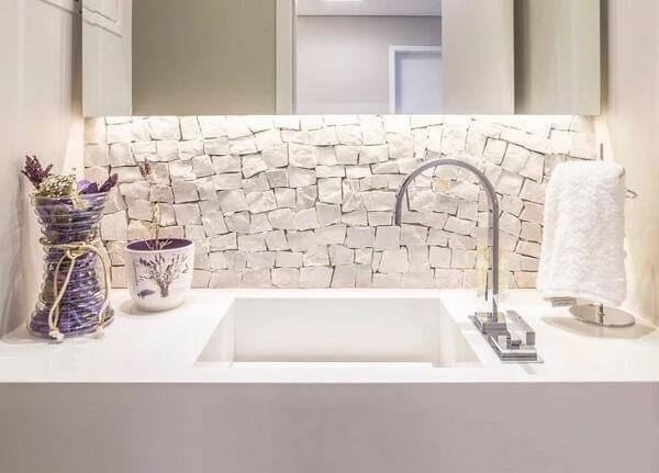 Revestimento de pedra portuguesa branca traz um toque sutil no banheiro
