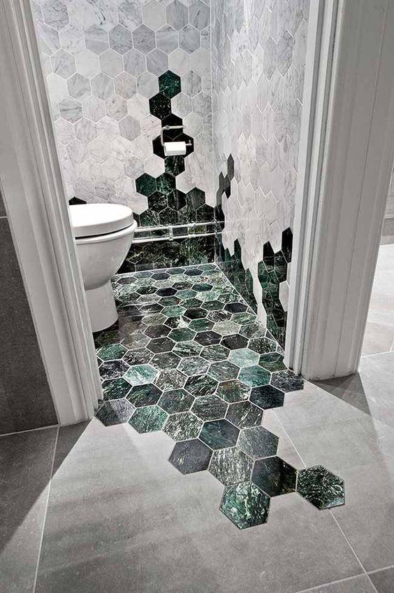 Revestimento hexagonal marmorizado no banheiro
