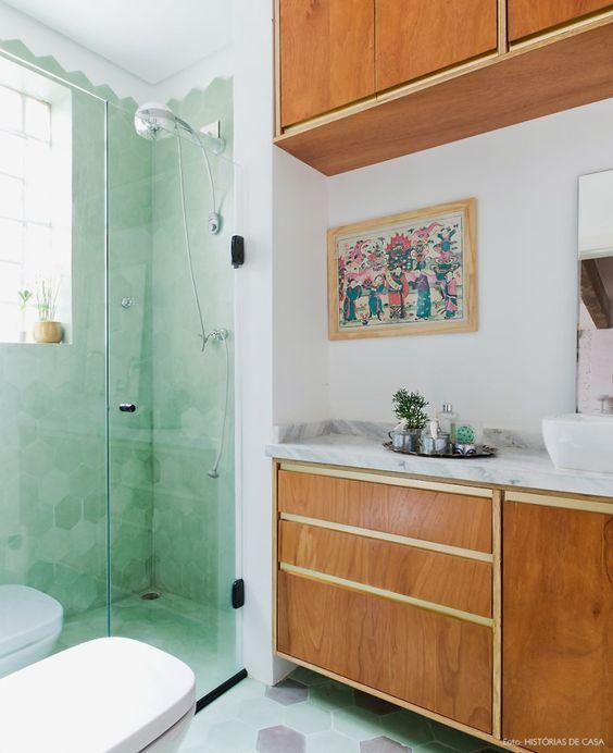 Revestimento hexagonal verde claro no box do banheiro