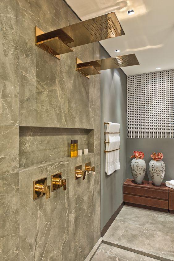 Revestimento marmorizado cinza no banheiro moderno