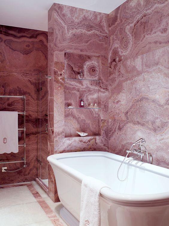 Revestimento marmorizado cor de rosa para banheiro