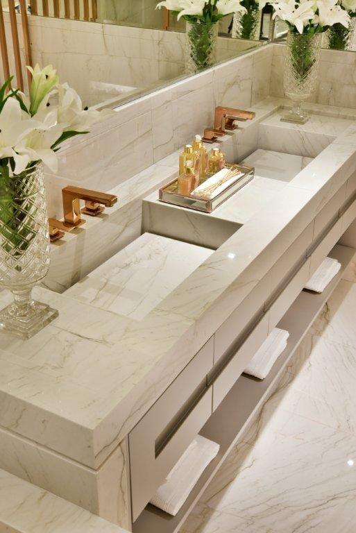 Revestimento marmorizado na bancada de banheiro