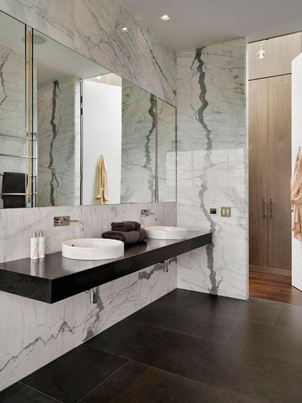 Revestimento marmorizado no banheiro preto e branco