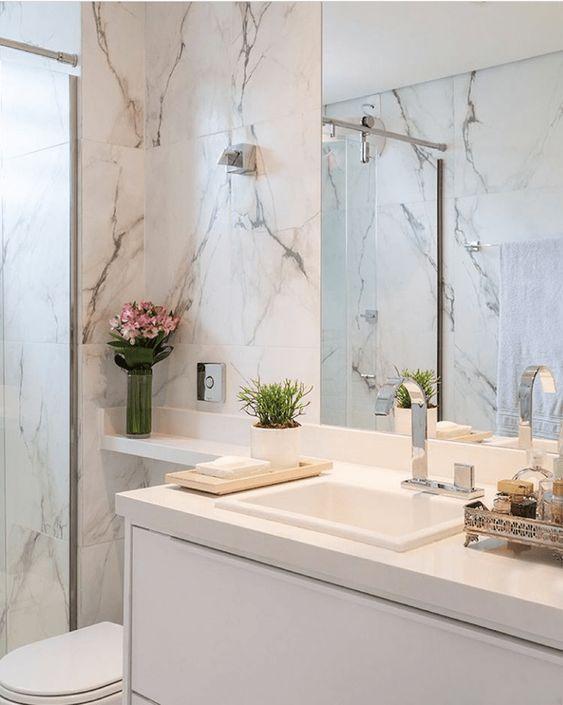 Revestimento marmorizado no banheiro amplo e chique