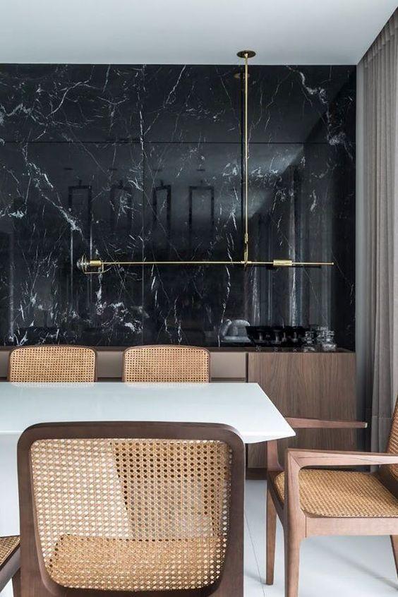 Revestimento marmorizado preto na sala de jantar