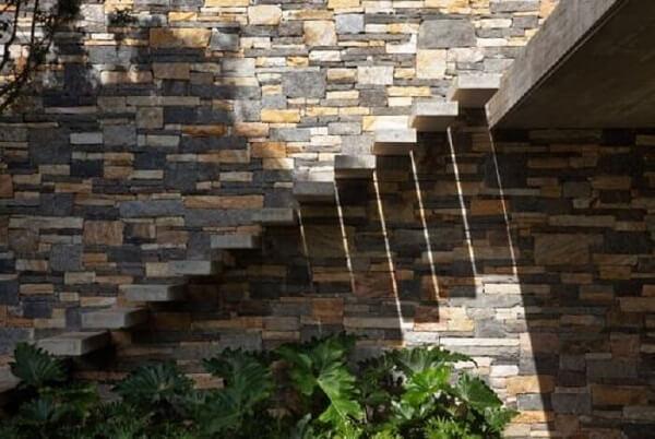 Revestimento para escada de concreto para área externa fixada na parede de pedra