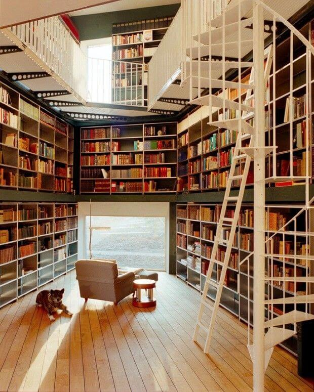 Revestimento para escada de ferro em tom branco traz leveza para a biblioteca particular