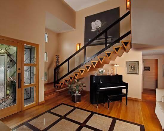Revestimento para escada de madeira feita com degraus em forma triangular