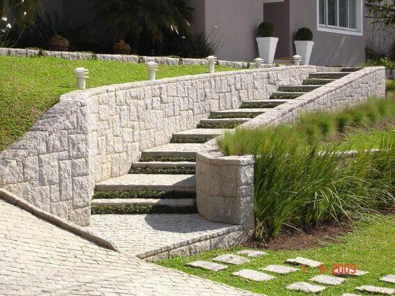 Revestimento para escada externa feito em pedras