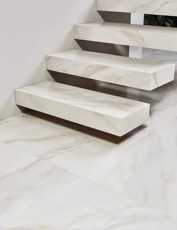 Revestimento para escada interna com degraus flutuantes em mármore