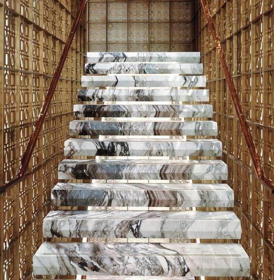 Revestimento para escada interna com design ousado em mármore