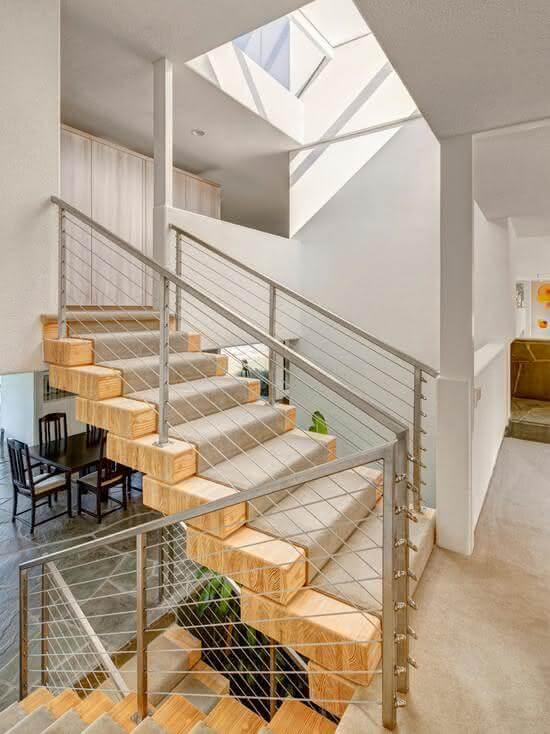 Revestimento para escada interna em madeira com tapete nos degraus