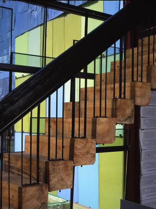 Revestimento para escada interna feita com toras de madeira