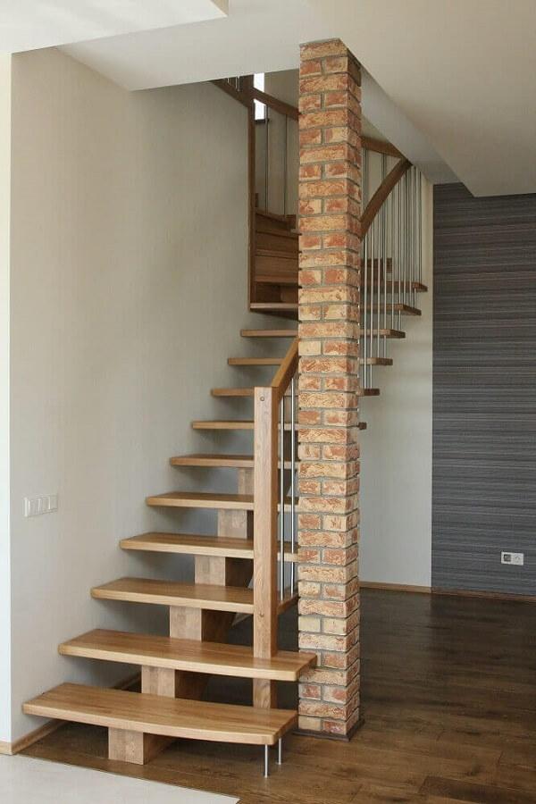 Revestimento para escada interna simples feita em madeira