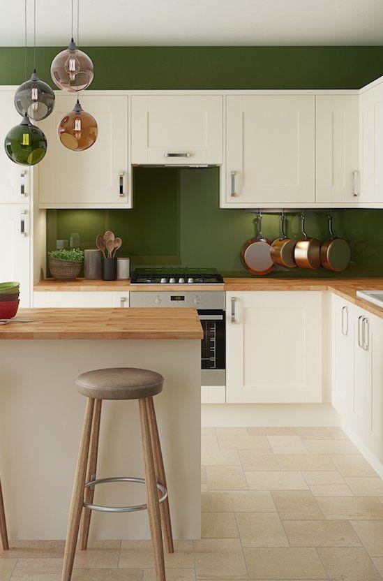 Revestimento verde em destaque com armários brancos