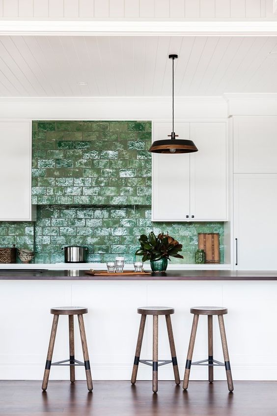 Revestimento verde na cozinha americana branca