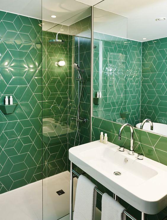 Revestimento verde para banheiro moderno e pequeno