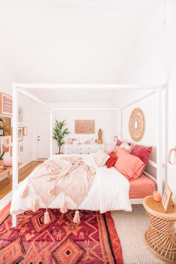 Roupa de cama cor coral no quarto moderno