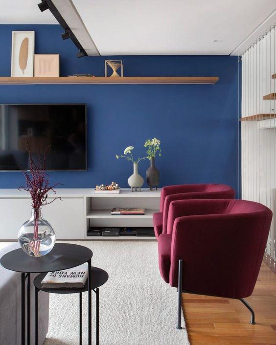 Sala azul com poltrona vinho