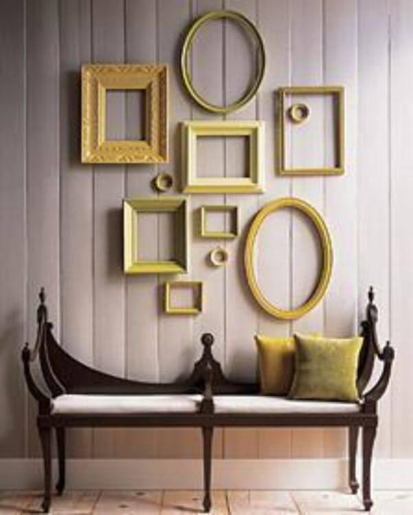 Sala chique com moldura colorida em tons de amarelo
