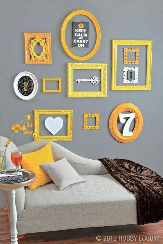 Sala cinza com moldura colorida amarela