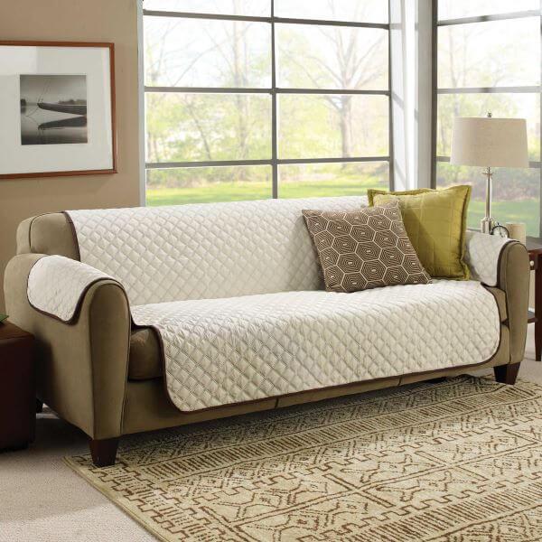 Sala clássica com sofá marrom e capa bege